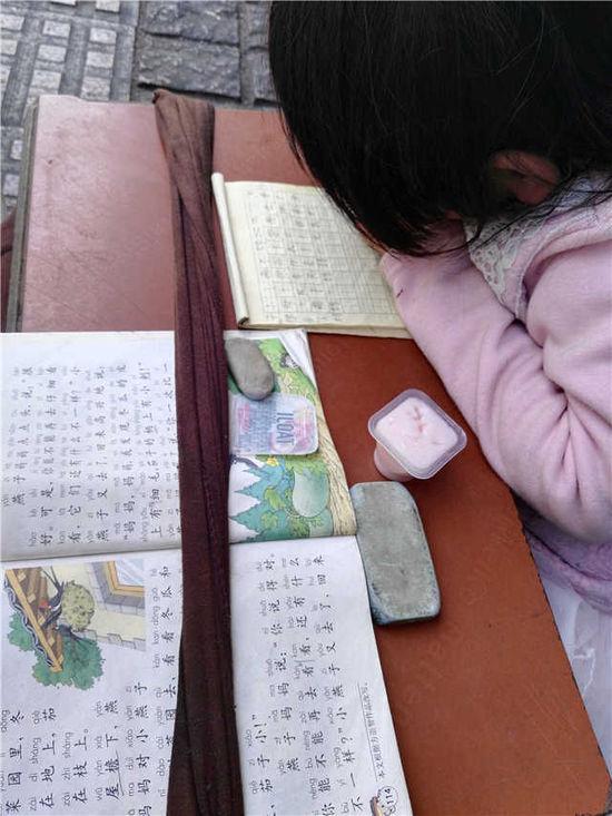 六岁小女孩台东路边写作业边乞讨 有内情