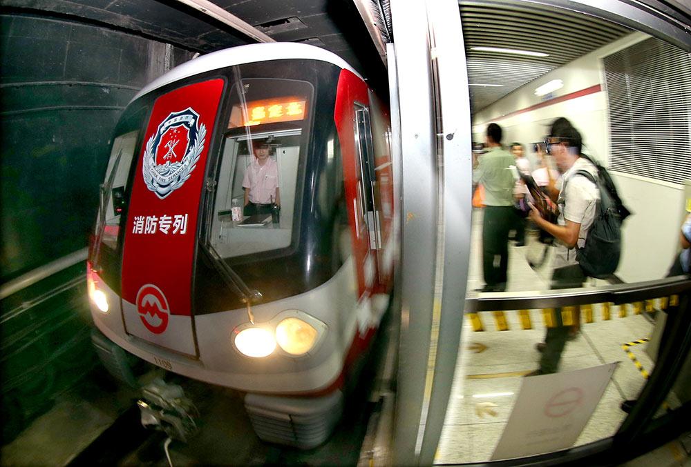 8月18日,消防专列驶入上海隆德路地铁站台。   8月18日,以消防安全伴你行为主题的上海地铁消防宣传周暨消防专列首发活动在上海举行。此辆在上海地铁11号线投入使用的消防专列利用车身外包、车内横幅、海报、车厢内LED显示屏和拉手设置标语等方式进行消防知识宣传,提升乘客消防安全意识。   新华社记者 凡军 摄
